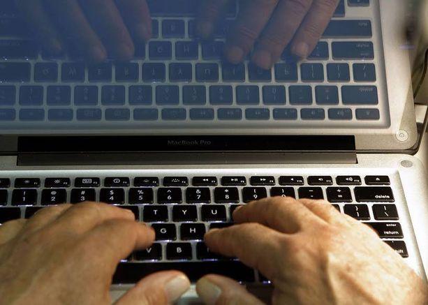 Mies teki tietokoneensa lopullisesti toimintakyvyttömäksi viemällä sen kujalle ja ampumalla.