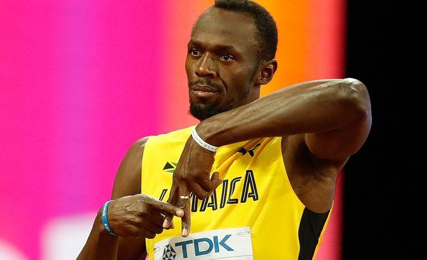 Usain Bolt teki kunnianosoituksen ennen 100 metrin juoksujaan.
