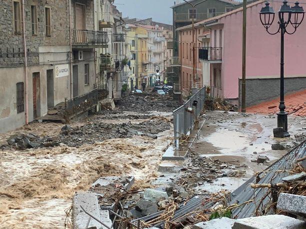 Tulvat aiheuttivat tuhoja Bittin kaupungissa Sardinialla Italiassa. Kuva otettu sunnuntaina.