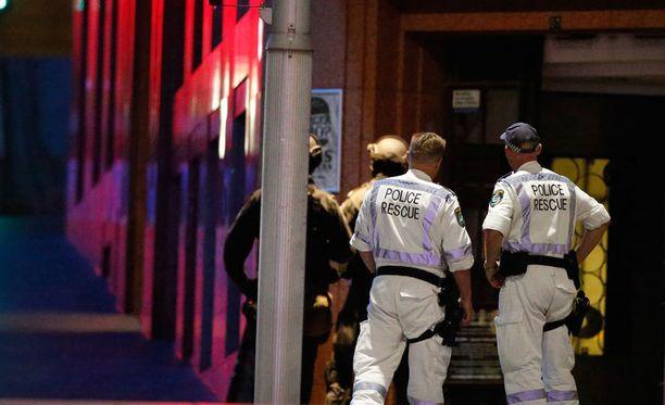 Poliisit pitävät herkeämättä silmällä Lidntin kahvilaa Martin Placella. Piiritys voi kestää vielä tunteja, tai jopa päiviä.