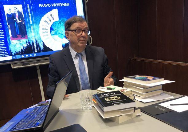 Paavo Väyrynen tapasi mediaa maanantaiaamuna tuoreen kirjansa tiimoilta.