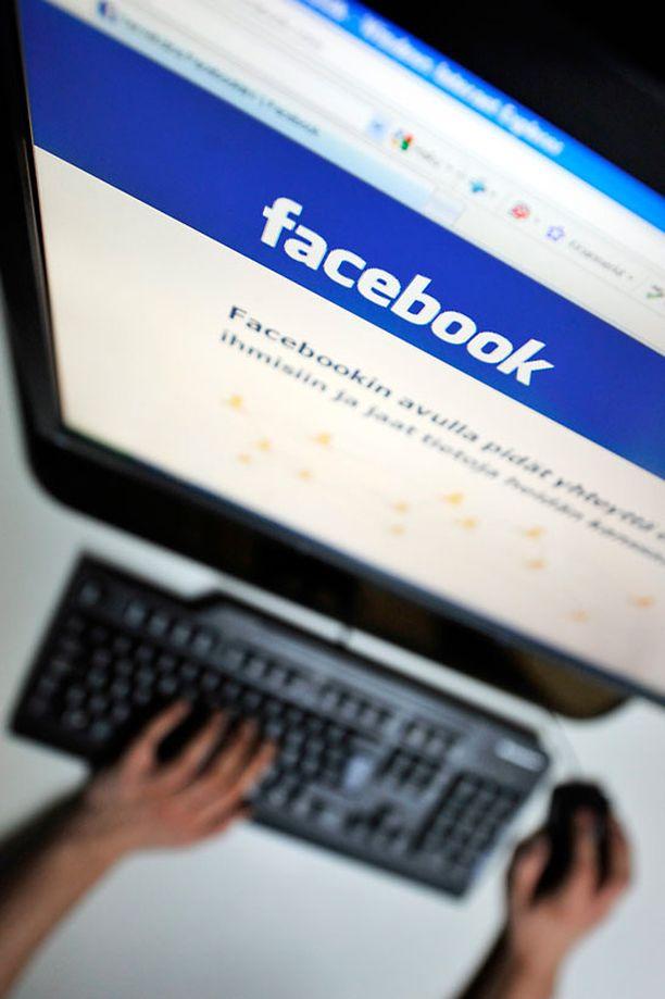 Nuorukainen oli kutsunut juhliin noin 400 henkilöä Facebookin kautta.