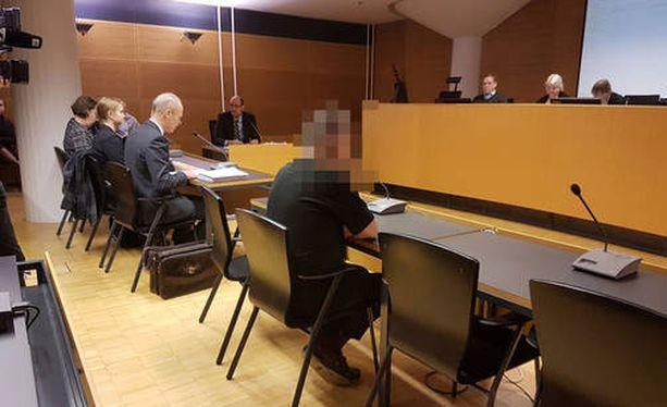 Törkeän liikenneturvallisuuden vaarantamisesta miestä epäillään teon kokonaiskuvan vuoksi. Syyttäjän mukaan mies ajoi tahallaan huomattavaa ylinopeutta Helsingin keskustassa.
