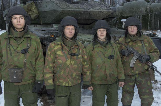 Johtaja, aliupseerioppilas Vihma Hattulasta, ajaja, panssarimies Wallén Keminmaalta, ampuja, panssarimies Sivula Lappeenrannasta ja lataaja, panssarimies Tammelin Helsingistä ovat tyytyväisiä palveluspaikkaansa Parolannummella.