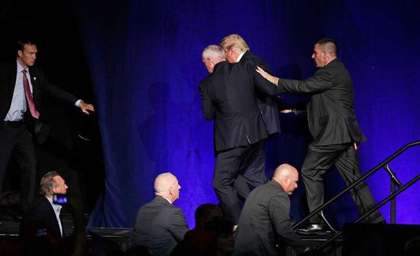 Salaisen palvelun turvamiehet kiskoivat Donald Trumpin pois esiintymislavalta.
