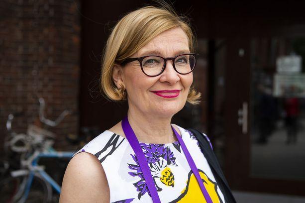 Eduskunnan puhemies Paula Risikko (kok) tuomitsee vihreiden lainsäädäntösihteerin Aino Pennasen lentokoneperformanssin.
