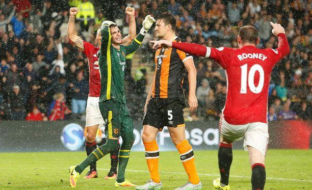 Tästä repesi riemu ManU-leirissä. Hull Cityn maalivahti Eldin Jakupovic ei voi uskoa, että piste suurseuraa vastaan luisui käsistä lisäajalla.