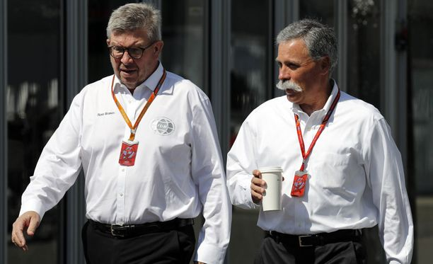 F1:n moottoriurheilupomo Ross Brawn (vasemmalla) ja Formula One Groupin puheenjohtaja Chase Carey hakevat uuutta suuntaa formula ykkösille.