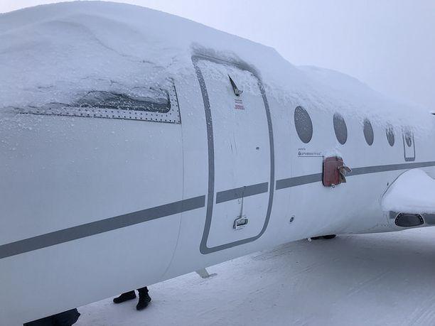 Matkustamon ja ulkoilman välille oli kehittynyt niin suuri paine-ero, ettei oven turvallinen avaaminen ollut mahdollista.