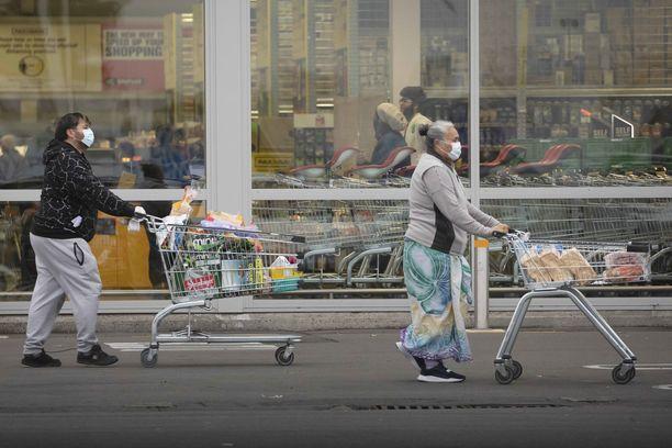 Kasvosuojaimien käyttö ei ole pakollista Uudessa-Seelannissa, mutta osa ihmistä niitä käyttää. Kuva on Christchurchista.