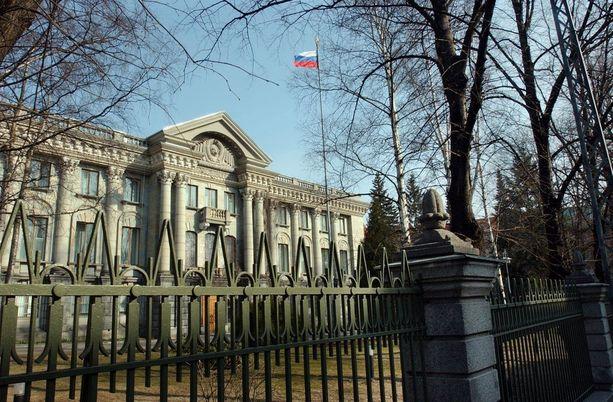 Venäjän suurlähetystö nieli Suomen karkotuspäätöksen, mutta nurisi kahden diplomaatin osalta. Lopulta toinen heistä sai jäädä Suomeen.