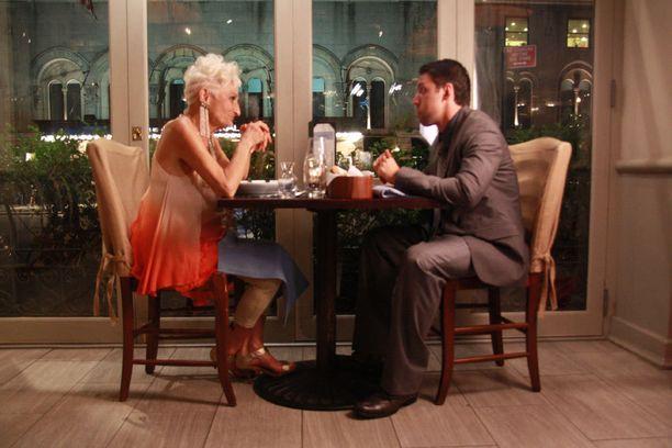 Hattie käy jaksossa treffeillä 29-vuotiaan Mikeyn kanssa.