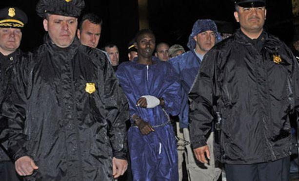 Viranomaiset veivät maanantaina merirosvoksi syytetyn teinipojan Yhdysvaltain liittovaltion poliisin FBI:n New Yorkin -päämajaan.