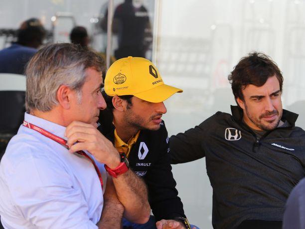 Carlos Sainz on nykyään tuttu vieras F1-varikolla. Hänen poikansa Carlos Sainz jr (keskellä) ajaa McLarenilla. Kuva vuodelta 2017, kun nuorempi Sainz ajoi vielä Renault'lla ja toinen espanjalainen, Fernando Alonso oli McLarenilla.