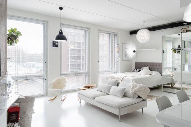 Tyylikkäässä loft-yksiössä alkovi on osa muuta tilaa. Huoneen nurkassa sijaitseva sänky saa yksityisyyttä ja sulautuu valkoiseen ja avaraan sisustukseen täydellisesti. Peiliovet ja valkoinen väri huijaavat tilasta suurenoloisen.
