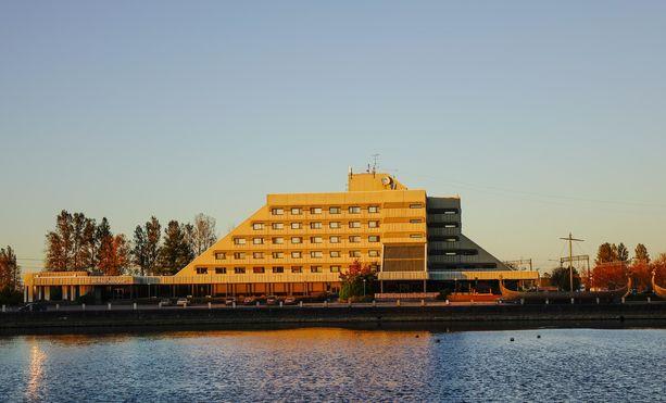 Neuvostoaikoina rakennettu Druzhba-hotelli sijaitsee Salakkalahden rannalla lähellä rautatie- ja linja-autoasemaa. Hotellin rakensivat suomalaiset.