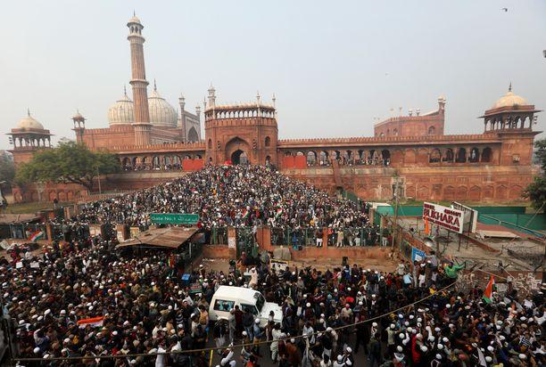 Mielenosoittajia perjantaina New Delhissä, joka on pääkaupunki Delhin kaupunginosa.