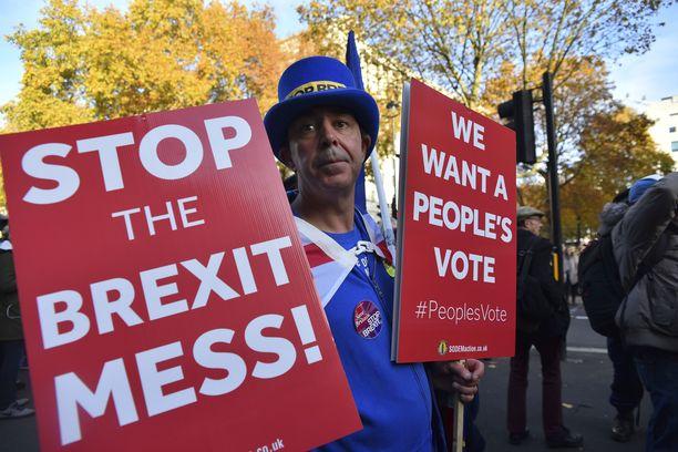 Brexit-sekoiluun kyllästynyt mielenosoittaja päivysti keskiviikkona Britannian pääministeri Theresa Mayn virka-asunnun edustalla.