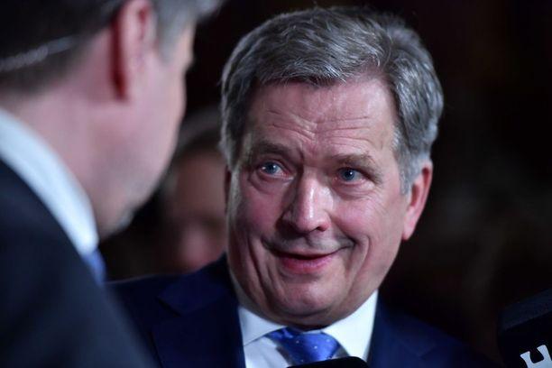 Ennakkovaalituloksen jälkeen Niinistöä hymyilytti. Niinistö sai 64,6 prosenttia ennakkoäänistä.