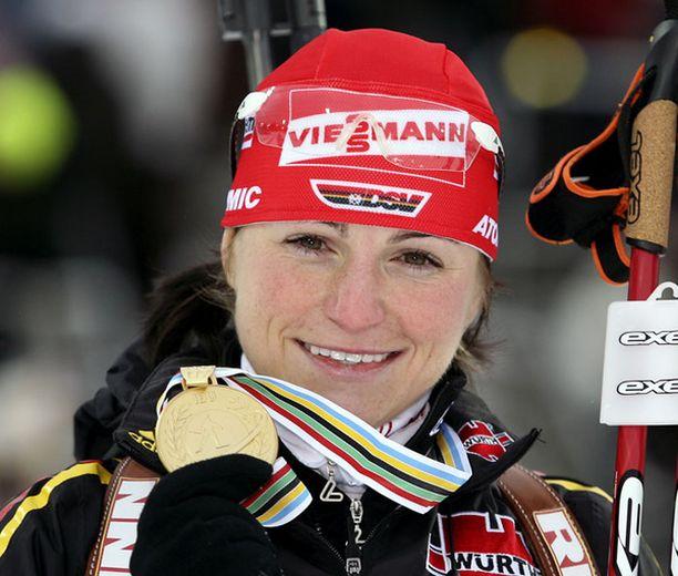 Andrea Henkel keräilee kultamitaleja Östersundissa.