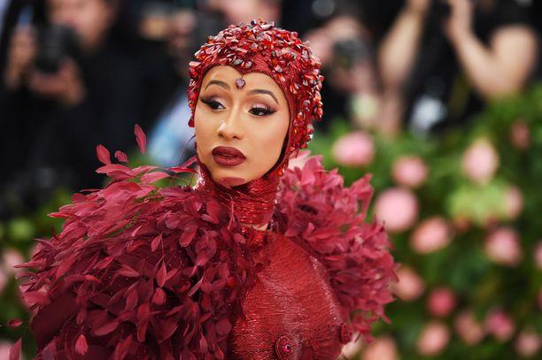 Cardi B:n asu käänsi päitä. Grammy-palkittu artisti tarvitsi tilaa liikkuessaan suuressa helmassaan. Asussa on käytetty Voguen mukaan 30 000 höyhentä ja sen tekeminen kesti 2000 tuntia.