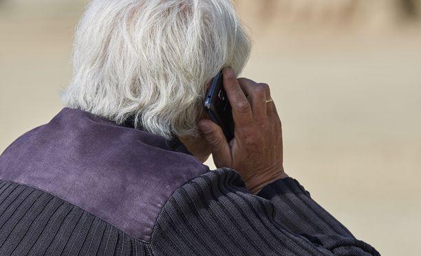 Älypuhelimen käytön opetteleminen arveluttaa varsinkin varttuneempaa osaa väestöstä.