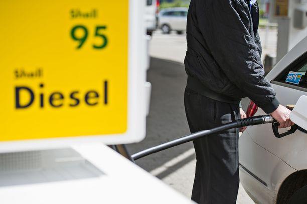 Teemu koko mieluisan yllätyksen, kun bensaa sai tavallista edullisemmin. Kuvituskuva.