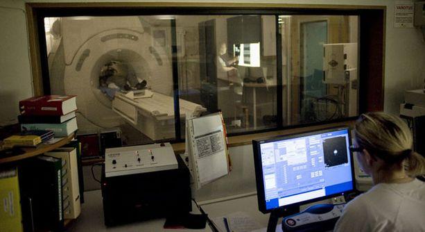 Vegetatiivinen potilas kommunikoi lääkäreiden kanssa kuvan kaltaisen magneettikuvauslaitteen avulla.