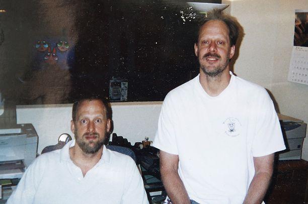 Eric Paddock (vas.) näytti kuvaa hänestä ja veljestään Stephen Paddockista.