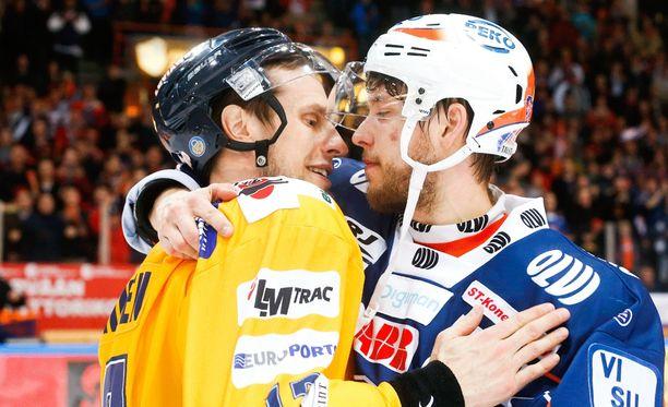 Ville Nieminen (vas.) ja Jukka Peltola halasivat maanantai-iltana Hakametsässä.