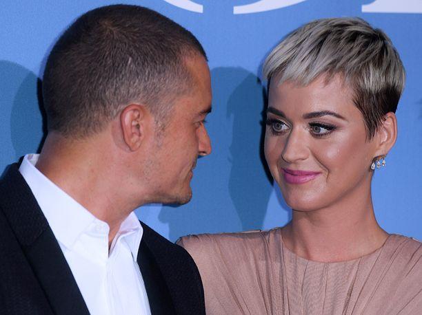 Näyttelijä Orlando Bloom ja poplaulaja Katy Perry esiintyivät keskiviikkona ensimmäistä kertaa yhdessä punaisella matolla.