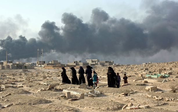 Isisin kerrotaan teloittaneen viime viikolla yli 200 ihmistä Mosulissa ja ottaneen tuhansia perheitä ihmiskilviksi. Tässä noin 50 kilometrin päässä Mosulista oleva Isisin tuhoama hautausmaa.