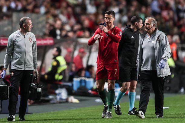 Cristiano Ronaldo joutui jättämään kentän puolen tunnin jälkeen Lissabonissa.