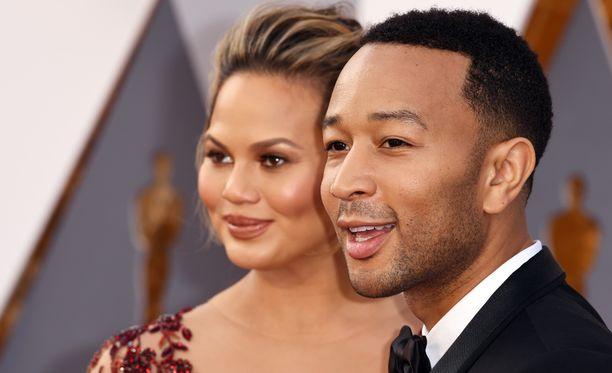 John Legend puolustaa vaimoaan Chrissy Teigeniä.