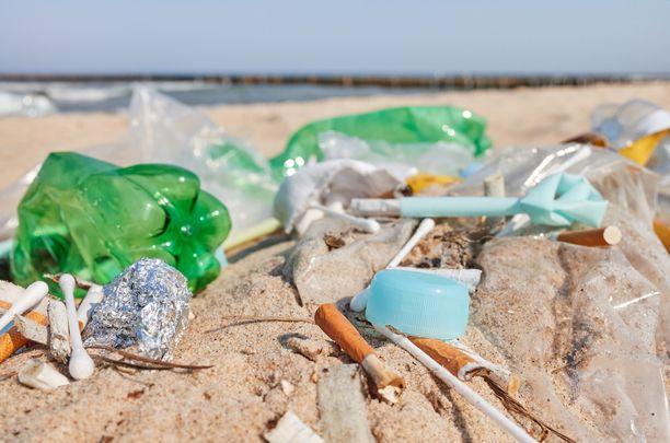 Suomalaisten juomavesi on varsin puhdasta, mutta muoviroskaa löytyy niin Itämeren rannoilta kuin järvistä.