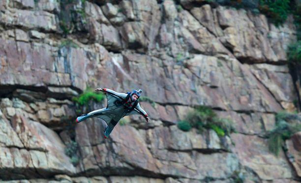 Base-hyppääjät kuolivat hypättyään vuorenjyrkänteeltä.