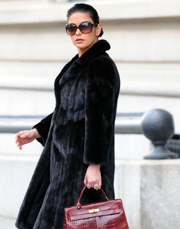 Catherine Zeta-Jones pukeutuneena useampaankin joskus liikkuneeseen materiaaliin.