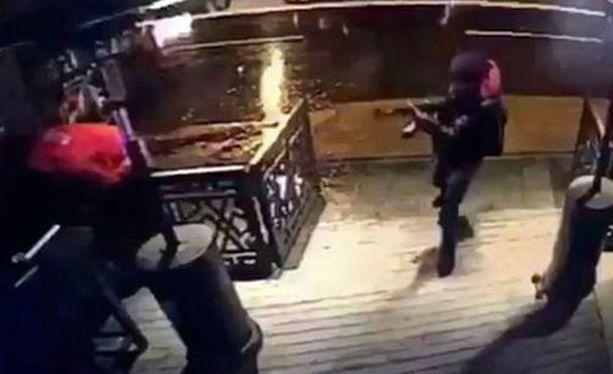 Hyökkääjä tallentui valvontakameran kuviin hetki ennen iskua yökerhoon.