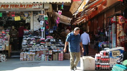 Paikalliset suosivat Izmirin basaaria ostospaikkanaan. Matkailijakin saa sielä hyvin aikaa kulumaan.