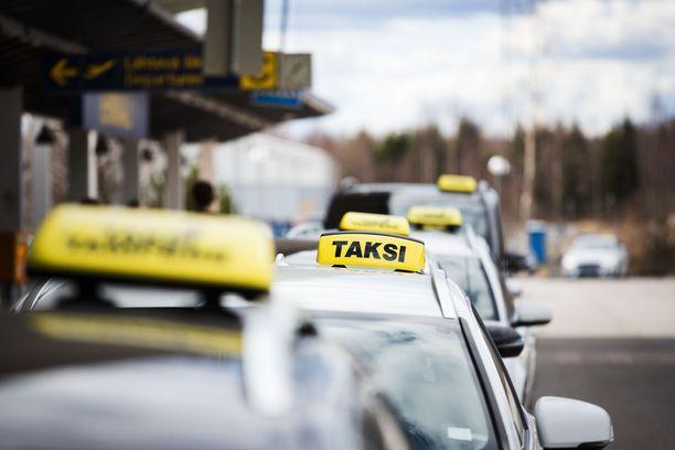 Mies yritti saada taksiauton itselleen Ylitorniossa. Kuvituskuva.