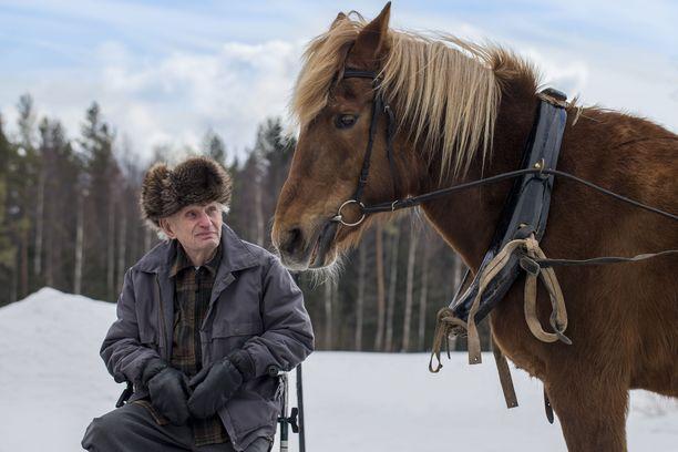 Sanoja ei tarvittu, kun metsurina työskennellyt Väinö kuvattiin suomenhevosen kanssa. Tästä kuvasta tuli Väinölle hyvin tärkeä. Se toi hänen mieleensä oman lapsuuden hevosen, jonka nimi oli Puti.
