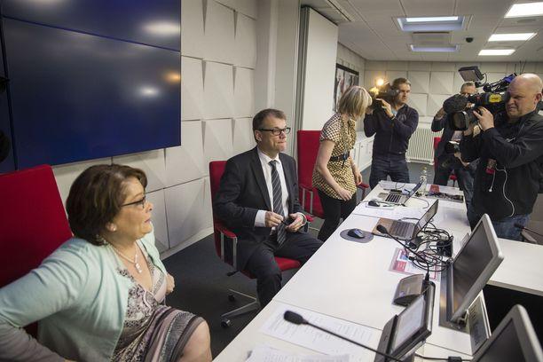 Pääministeri Juha Sipilä vieraili PAMin hallituksen kokouksessa 17. maaliskuuta 2016. Vasemmalla PAMin puheenjohtaja Ann Selin. PAM päätti tuolloin lähtevänsä kiky-kelkkaan mukaan.