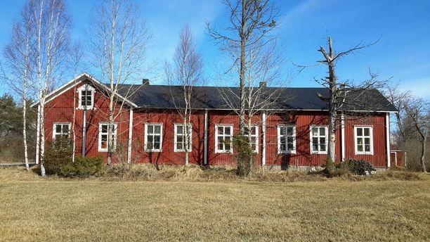 Tämäkin entinen koulurakennus on tilava ja sopii sekä asumiseen että erilaiseen harrastetoimintaan. Talo sijaitsee Kristiinankaupungissa.
