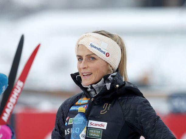 Therese Johaug yrittää ottaa oppia Iivo Niskasen perinteisen hiihtotavan tekniikasta.