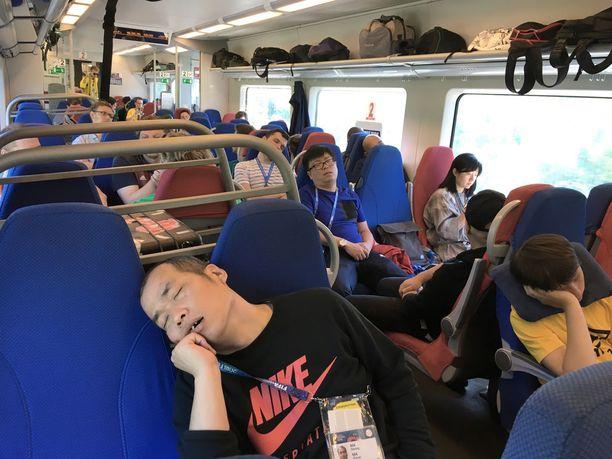 Aamun erikoisjuna 728 tarjosi hyvän kyydin unten maille.