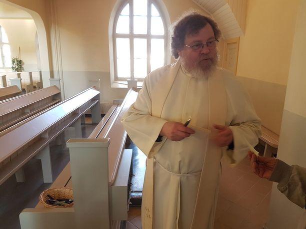 Hirvensalmen seurakunnan kirkkoherra Jukka-Pekka Sepperi jakoi esirukouslappuja kirkkoon saapuneille. Niille sai purkaa tunteitaan ja esittää rukoustoiveita.