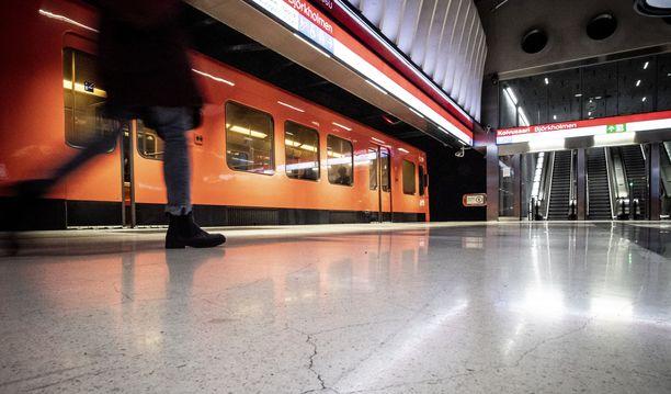 Koivusaaren metroasemalla tapahtuneessa onnettomuudessa menehtyi yksi ihminen.