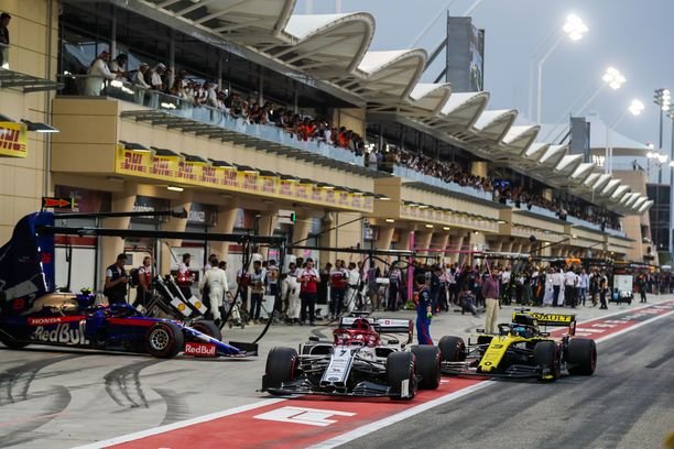 Koronavirus jättää jälkensä myös F1-kauteen. Yleisöllä ei ole asiaa Bahrainin osakilpailuun. Kuva viime kauden kisasta.