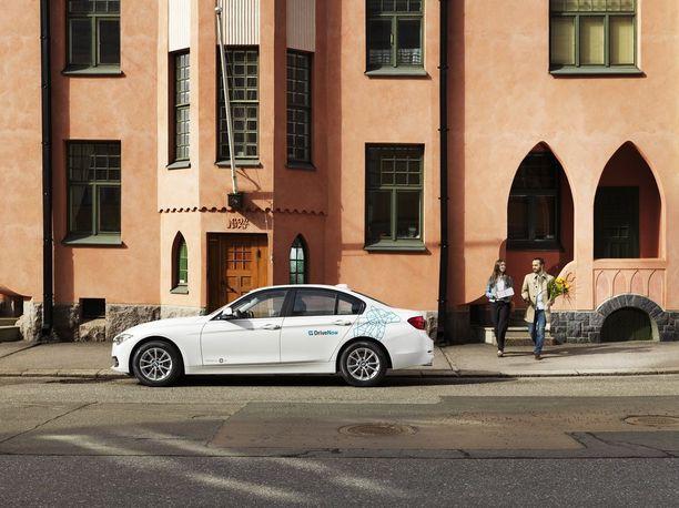 DriveNow-palvelun yhteiskäyttöautot näkyvät Helsingin katukuvassa laajalti.