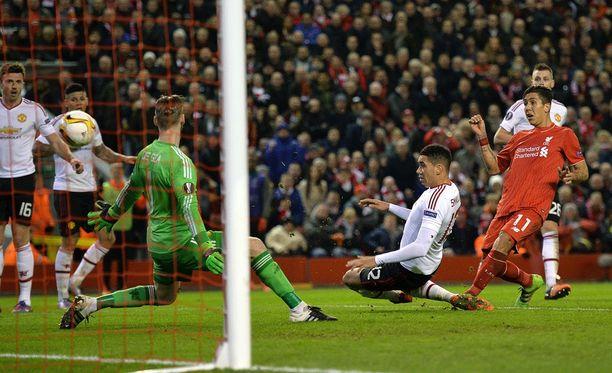 Roberto Firmino (oik.) ampuu Liverpoolin 2-0-voittoon.